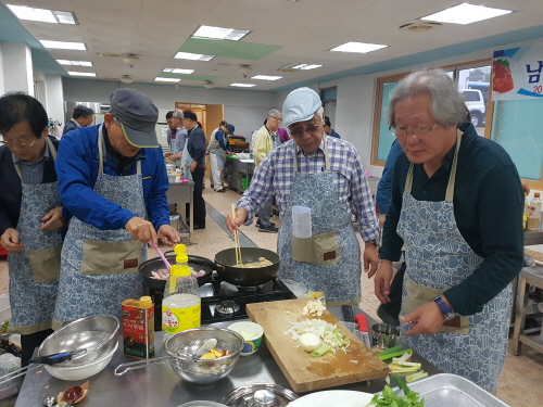5070 남성 웰빙 요리교실 열띤 호응